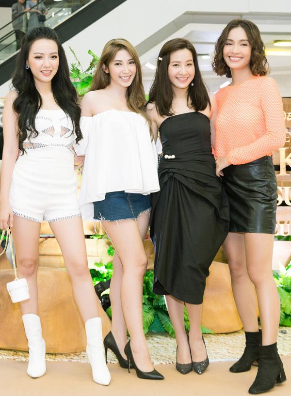 Từ trái qua: diễn viên Băng Di, ca sĩ Khổng Tú Quỳnh, VJ Kim Nhã và ca sĩ Ái Phương vui vẻ hội ngộ, đọ nhan sắc trước ống kính.