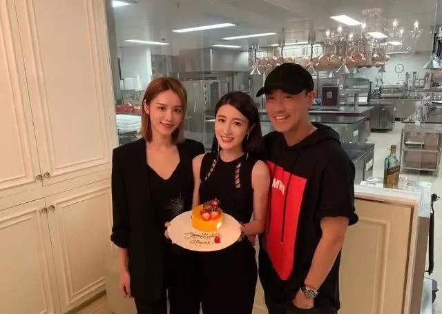 Lâm Phong và vợ sắp cưới (ngoài cùng bên trái) gần đây thường xuyên đồng hành.