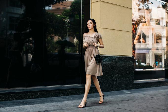 Những đường nhún, xếp nếp, xoắn vải được nhà mốt Việt sử dụng một cách ấn tượng trên dáng váy đơn sắc.