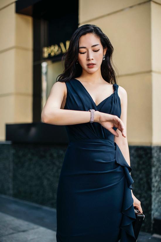 Bộ ảnh được thực hiện với sự hỗ trợ của trang phục Linh Bùi, trang điểm Phương Koi.
