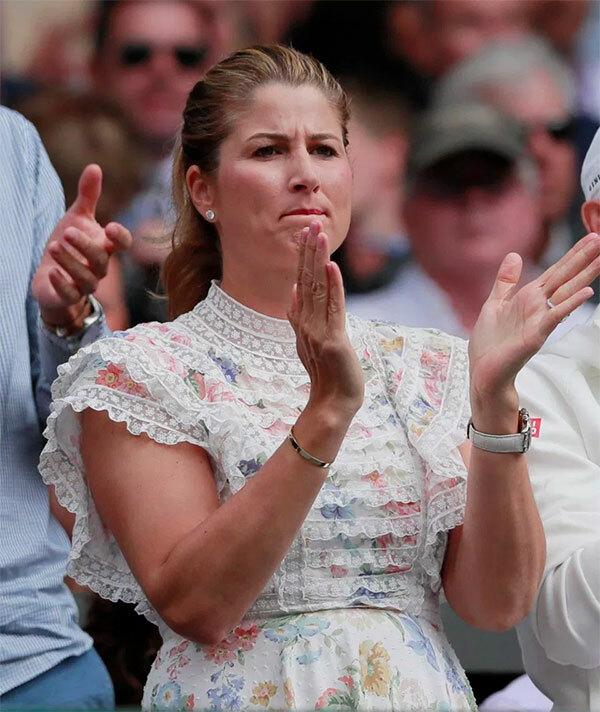 Trong khi vợ Djokovic vắng mặt, vợ Federer hiện diện ở sân trung tâm cổ vũ chồng trong trận chung kết Wilbledon