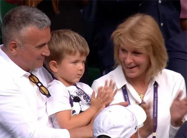 Bố mẹ và con trai Djokovic cổ vũ trên sân trung tâm.