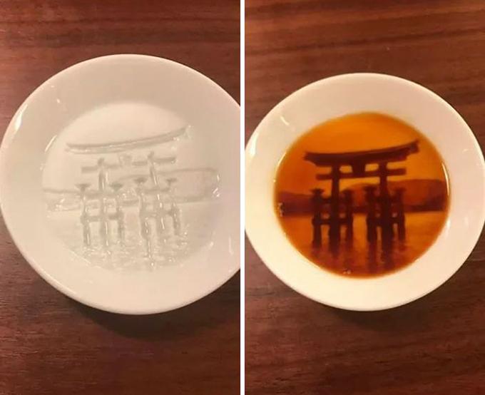 Nước tương là một thành phần không thể thiếu trong ẩm thực Nhật Bản, đặc biệt là với món sushi. Mỗi khi bàn sushi được bày ra, bao giờ cũng có một chén nước tương đi kèm để tăng hương vị. Bên cạnh chất lượng của loại nước chấm luôn được đảm bảo, hình thức của mỗi chén cũng được chăm chút, thể hiện sự tinh tế của người Nhật.