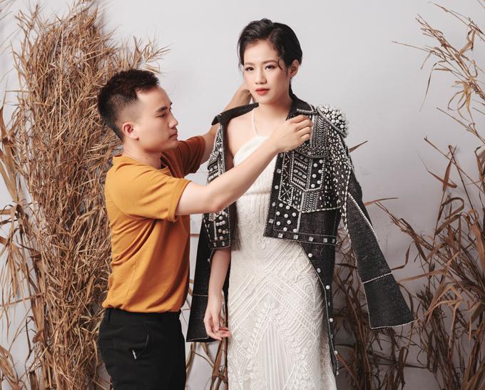 Trong bộ ảnh thời trang mới, NTK Hà Duy gây bất ngờ khi mời mẫu teen Hà  Phương làm nàng thơ. Hà Duy chia sẻ, anh biết đến Hà  Phương qua lời giới thiệu của siêu mẫu Hạ Vy - một người chị thân thiết  trong nghề.