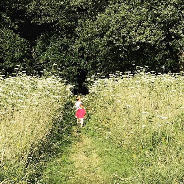 Vợ Djokovic đăng ảnh hai con chạy trên đồng cỏ