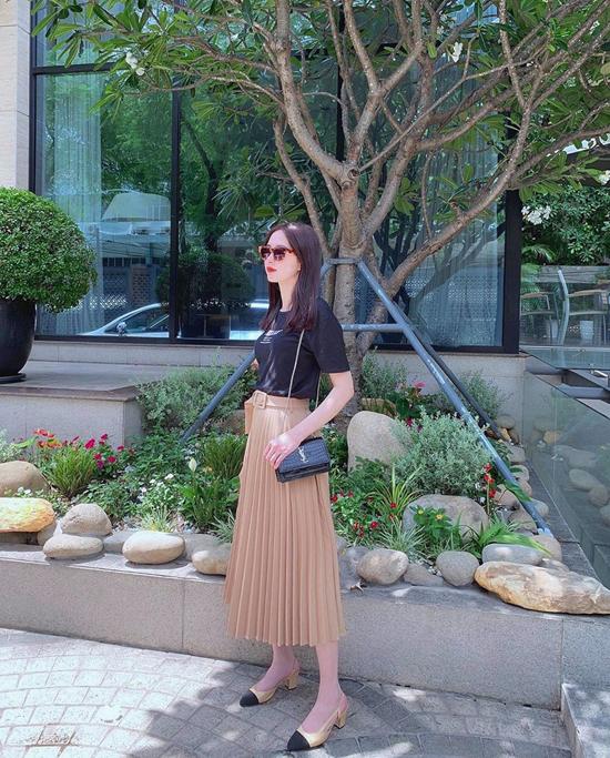 Bên cạnh các mẫu váy liền thân, các nàng còn có thể chọn những kiểu chân váy midi, chân váy xếp ly như Đặng Thu Thảo để đi làm, đi dạo phố.
