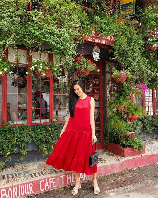 Đầm hạ eo không còn hot như các năm trước, nhưng nó vẫn được yêu thích bởi mang lại sự nhẹ nhàng, tự do. Cách phối màu đơn giản gồm đỏ, trắng, đen cho set đồ dạo phố của Tuyết Lan cũng đàng để học hỏi.