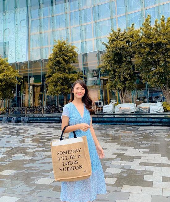 Đầm xanhcủa Khả Ngân lại dành cho các bạn gái yêu phong cách nữ tính và nhẹ nhàng từ kiểu dáng cho đến màu sắc.