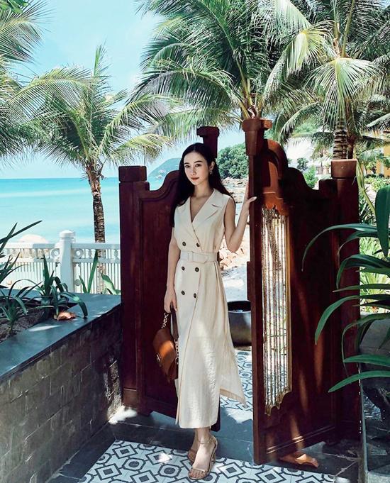 Đầm cổ vest đi kèm đai lưng vải phù hợp với nhiều vóc dáng. Tuy nhiên những cô nàng có bắp tay to, vòng eo quá khổ thì không nên chọn kiểu trang phục như Jun Vũ.