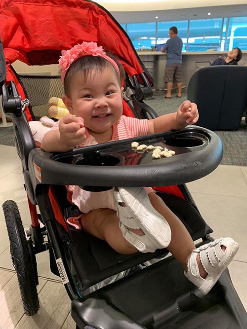 Con gái ca sĩ Thanh Thảo cười tít mắt khi về Mỹ cùng mẹ.
