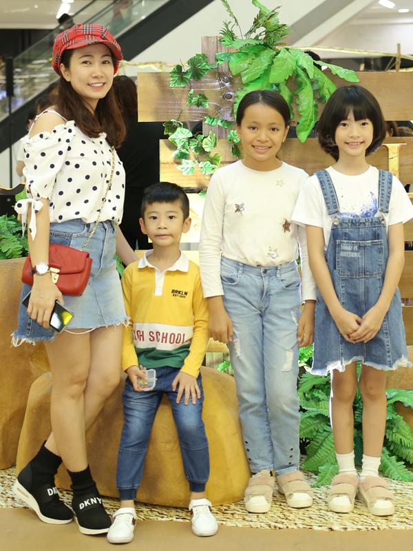 MC Thanh Thảo đi xem phim cùng các con.