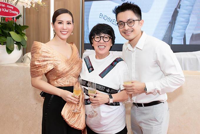 Nhà tạo mẫu tóc Khánh Vĩnh Hoàng (giữa) đến chúc mừng Thu Hoài.