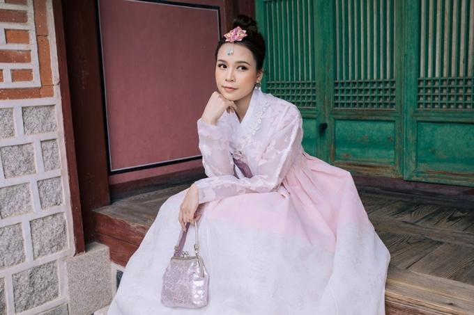 Sam thực hiện bộ ảnh kỷ niệm nhân chuyến công tác tại Hàn Quốc. Nữ diễn viên khoe nhan sắc khi diện Hanbok và dạo chơi, ngắm cảnh ở làng cổ.