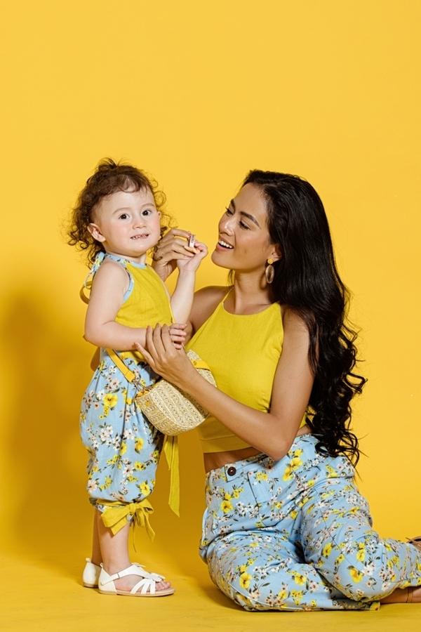 Con gái thứ hai của Như Vân tên Gia Gia (2 tuổi), mang hai dòng máu Việt Nam - Mỹ. Tuy còn nhỏ, bé tự tin tạo dáng và chơi đùa trước ống kính.
