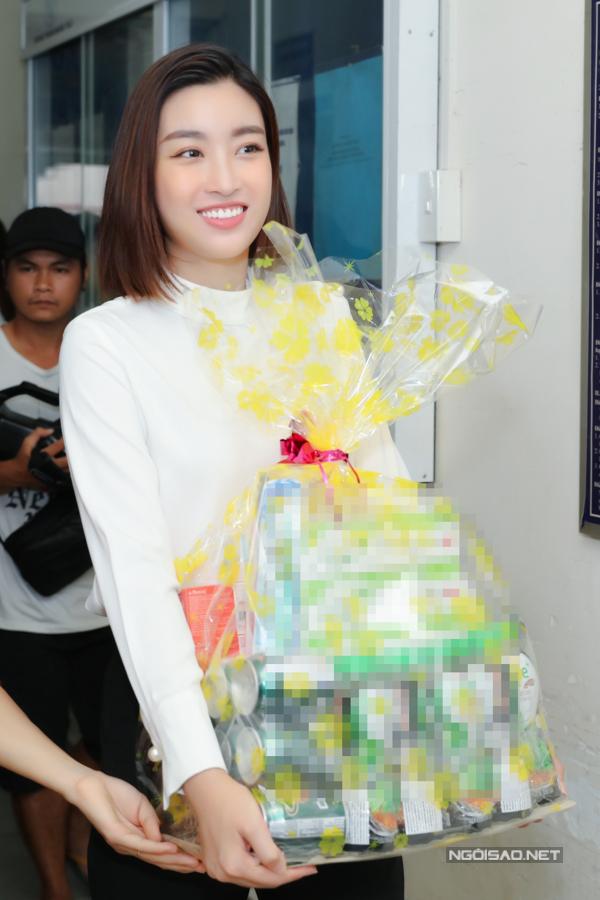 Mỹ Linh cùng tổ chức Hoa hậu Thế giới Việt Nam chuẩn bị nhiều phần quà trao tặng bệnh nhân có hoàn cảnh khó khăn tại bệnh viện Chợ Rẫy.