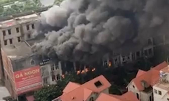 Cháy 6 căn biệt thự liền kề cột khói bốc cao hàng trăm mét