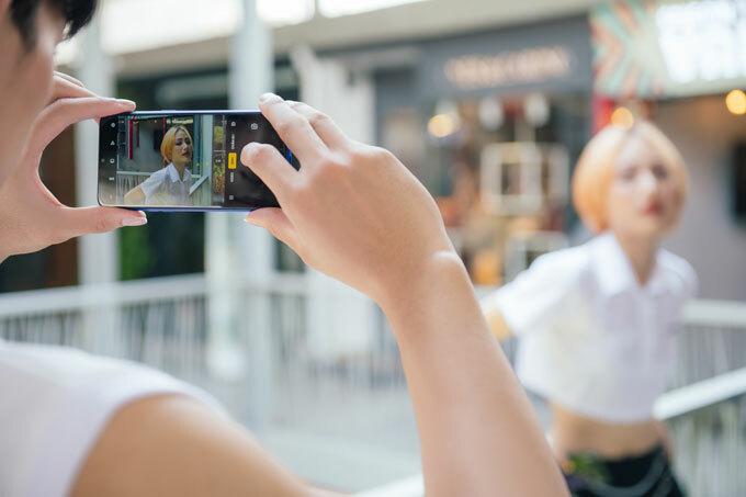 Theo Trung Dũng, với Realme 3 Pro, các bạn trẻ có thể thoải mái vi vu cả ngày ở Seoul mà không ngại hết pin bởi điện thoại được trang bị công nghệ sạc VOOC 3.0, chỉ cần 5 phút sạc cho hai giờ liên lạc. Nhờ thiết kế mỏng gọn, bốn cạnh tràn viền cùng rãnh khoét giọt nước mà người dùng có thể thoải mái mang theo điện thoại cả ngày, trở thành công cụ giúp du khách ghi lại một ngày làm việc, vui chơi với nhiều khoảnh khắc đáng giá. Dù là sáng sớm hay tối muộn, thiết bị với ống kính chính 16 megapixel, khẩu độ f/1.7 và camera phụ 5 megapixel sẽ giúp bạn trẻ sáng tạo nên những bức ảnh sắc nét, sáng rõ. Đặc biệt, nhờ khả năng tối ưu khung cảnh chụp bằng trí tuệ nhân tạo (AI) mà hình ảnh từ Realme 3 Pro sở hữu độ tương phản cao, dải dynamic range sâu và ấn tượng. Máy tinh chỉnh và làm đẹp theo từng vùng và chủ thể, nhờ đó hình ảnh vẫn sở hữu tính trung thực cao, không quá sai lệch thực tế.