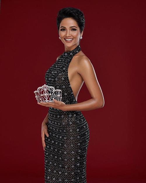 HHen Niê kêu gọi các cô gái tự tin đăng ký thi Hoa hậu Hoàn vũ Việt Nam 2019: Không có gì tự hào hơn, hạnh phúc hơn khi sự nỗ lực của bản thân được ghi nhận. Hai năm trước, Hen cũng giống như các thí sinh, cố gắng tất cả vì khao khát được đội lên đầu chiếc vương miện danh giá. Hen đã làm được, các bạn cũng sẽ làm được nếu thật sự cố gắng và tin vào bản thân. Hãy dũng cảm kế nhiệm vương miện Hoa hậu Hoàn vũ Việt Nam bằng cả trái tim mình.