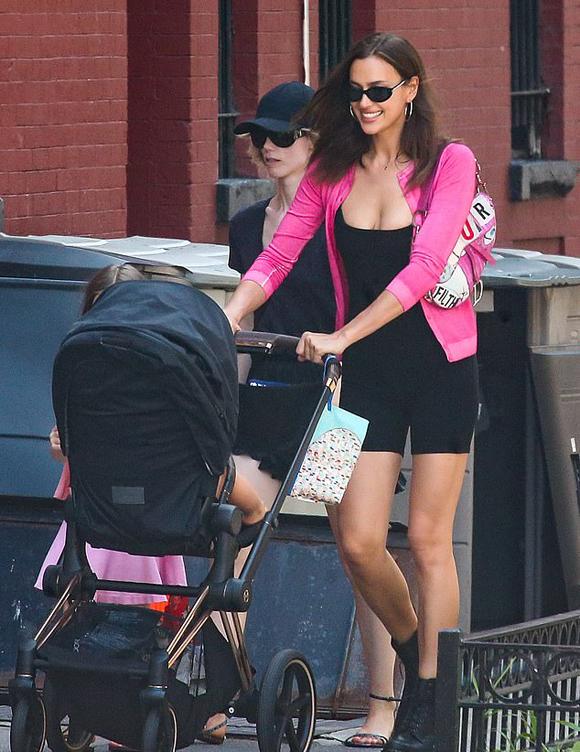 Buổi sáng thứ hai, Irina Shayk đẩy xe đưa con gái đi dạo quanh khu phố ở New York. Từ khi chia tay Bradley Cooper, Irina và bé Lea chuyển từ Los Angeles về thành phố này sống. Siêu mẫu Nga vốn có một căn hộ riêng ở West Village, New York.