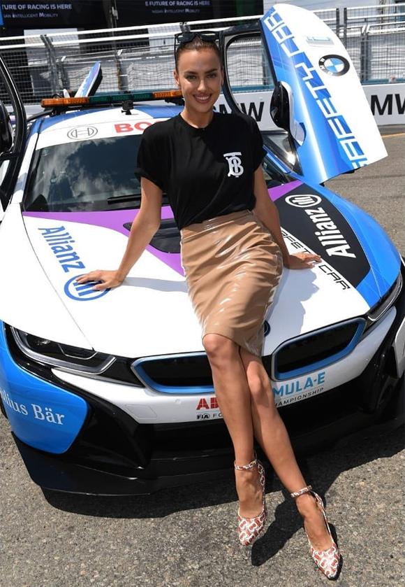 Một ngày trước (14/7), Irina Shayk rạng rỡ xuất hiện trong sự kiện của giải đua xe công thức ở New York.