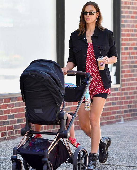 Đến buổi chiều, Irina mặc thêm chiếc váy hoa và áo jacket để cùng Lea ra công viên.