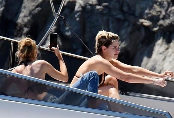 Cặp đôi Kristen Stewart và Stella Maxwell vừa có kỳ nghỉ cuối tuần ở biển Amalfi Coast, Italy.