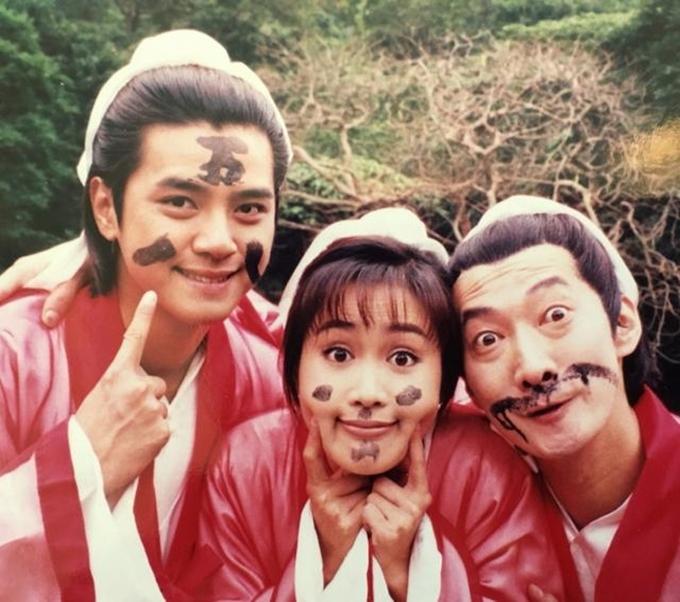 Lương Tiểu Băng cùngLa Chí Tường (ngoài cùng bên trái) và một bạn diễn nghịch ngợm trên trường quay.