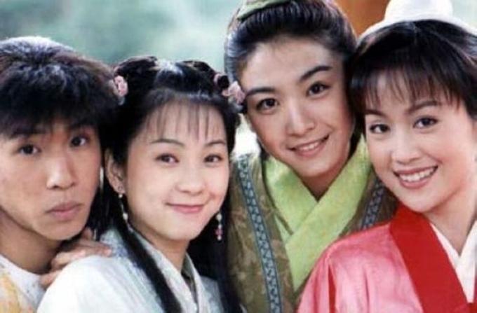Từ phải qua: Lương Tiểu Băng, Giang Tổ Bình, Lục Nguyệt, Âu Đệ chụp hình kỷ niệm ở hậu trường phim 20 năm trước.