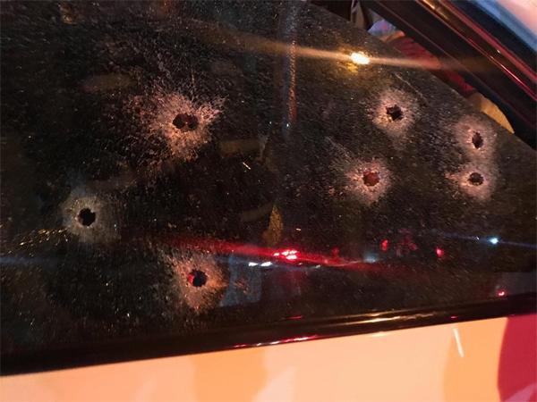 Cửa kính xe của Mark Batchelor bị nhiều phát đạn.