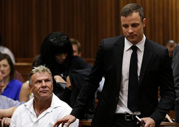 Cựu cầu thủ Nam Phi (trái) trong phiên tòa