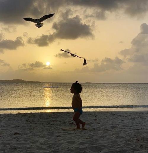 Vợ chồng Messi nghỉ dưỡng ở resort có bãi biển riêng