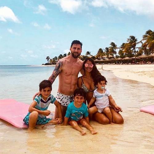 Hôm 14/7, Messi cũng chia sẻ ba bức ảnh chụp cả gia đình trên bãi biển...