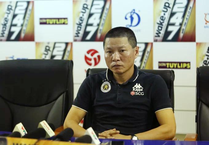 HLV Chu Đình Nghiêm trong cuộc họp báo sau trận đấu với Khánh Hoà. Ảnh: Đương Phạm.