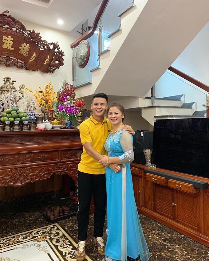 Cầu thủ Quang Hải đăng tải ảnh chụp cùng mẹ và tâm sự: Nụ cười của mẹ là động lực để con vượt qua tất cả.