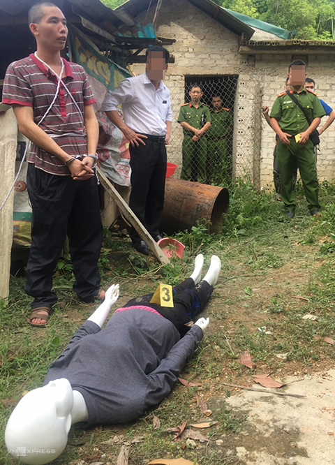 Lả diễn tả lại hành động phi tang xác nạn nhân. Ảnh: Đại Việt.