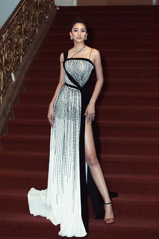 Tiểu Vy không tự đóng khung trong một kiểu váy mà cô lựa chọn nhiều trang phục đến từ các nhà mốt như Đỗ Long, Lê Thanh Hòa, Adrian Anh Tuấn, Nguyễn Minh Tuấn để chưng diện.