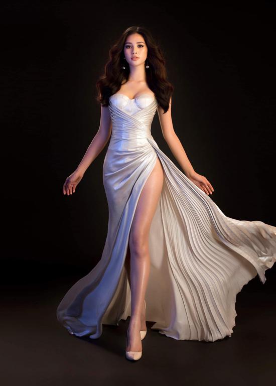 Hoa hậu VN 2019 và êkíp của cô luôn chăm chút một cách kỹ lưỡng về mặt hình ảnh và phong cách thời trang thảm đỏ. Người đẹp gốc Hội An chọn khá nhiều phom dáng váy dạ hội để đi sự kiện, trong đó chi tiết xẻ cao luôn được chú trọng.