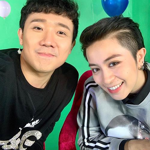 MC Trấn Thành và Gil Lê hào hứng tạo dáng selfie trong hậu trường một chương trình.