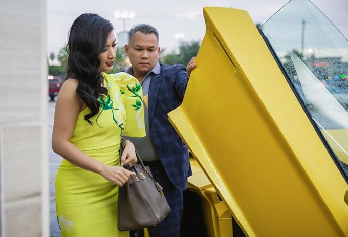 Nguyễn Hồng Nhung được đưa đón bằng xe sang khi dự event ở Mỹ.