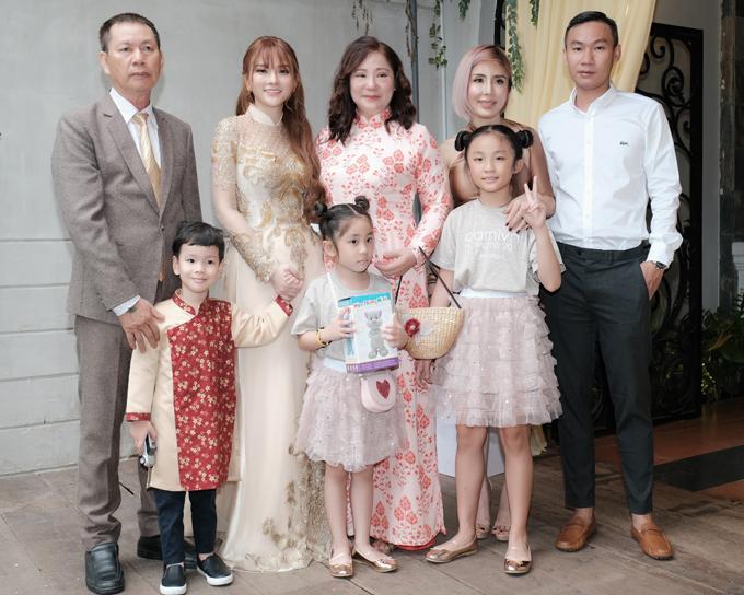 Con trai nữ ca sĩ cũng mặc trang phục truyền thống chụp ảnh cùng mẹ, ông bà ngoại, hai bác và các chị.