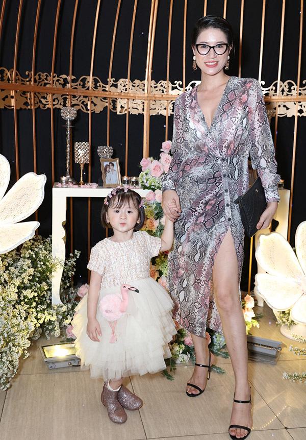 Cựu người mẫu Trang Trần khoe con gái xinh xắn, đáng yêu.
