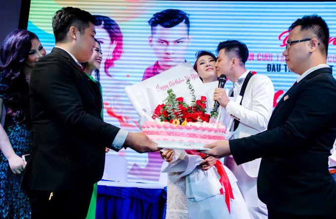 Lâm Khánh Chi hạnh phúc khi được ông xã ôm hôn, chúc cô luôn xinh đẹp và yêu chồng hơn.