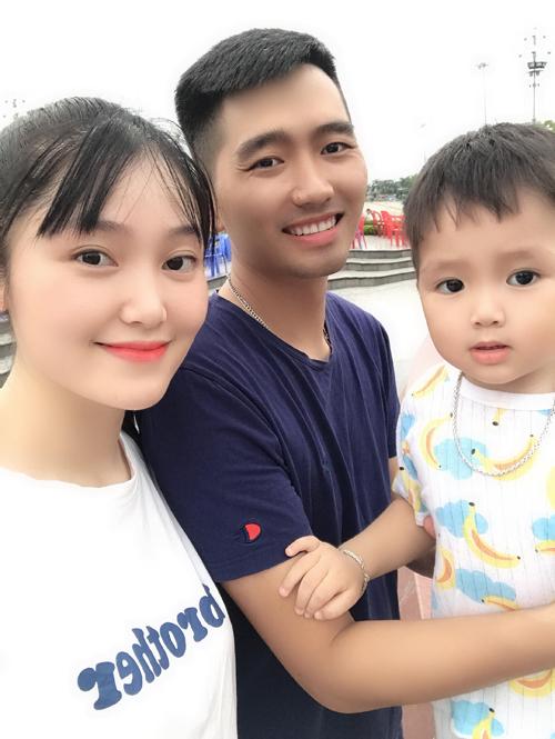 Nguyễn Trâm bên chồng và bé Gấu.