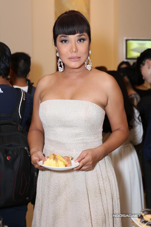 Cindy Thái Tài diện váy cúp ngực tới sự kiện của đồng nghiệp. Nữ ca sĩ háo hức trông đợi lễ cưới tập thể do Lâm Khánh Chi tổ chức cho 10 cặp đôi của cộng đồng LGBTdự kiến diễn ra vào ngày 11/1/2020.