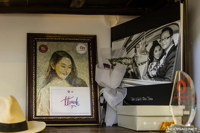 Vài bức ảnh cưới của vợ chồng Bảo Trâm được đặt trên kệ đồ lưu niệmở phòng khách. Khi có khách khứa đến chơi, ông xã của nữ ca sĩ chỉ vào tấm ảnh và tếu táo: Ngày xưa trông tôi cũng đẹp trai mà bây giờ trông thế này là vì vợ dùng hao quá.