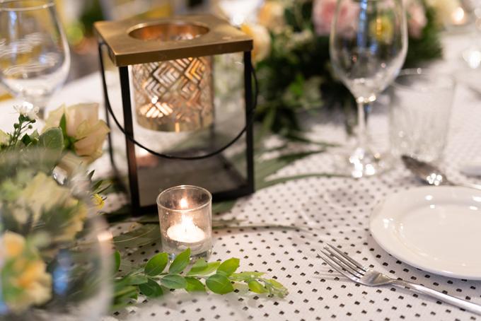 Ekip đã lên ý tưởng, lựa chọn tông màu hoa tươi, chất liệu, bố trí, sắp xếp từng thứ sao cho hài hòa, giúp không gian thực hiện nghi lễ cưới đẹp mắt, ý nghĩa với hai vợ chồng Thu Thủy - Kin Nguyễn.