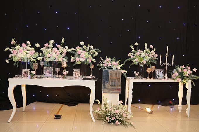Ekip dành ra 3 tuần để chuẩn bị và nhập các loại hoa trang trí cho tiệc cưới gồm: 1.000 bông hoa anh đào, 5.000 bông hồng, 1.000 khóm cẩm tú cầu hồng, 200 cành hoa lan, 3.000 cành hoa sao trắng - hồng.