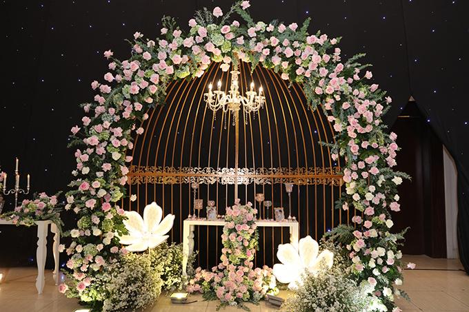 Tối 17/7, trước giờ cử hành hôn lễ tại TP HCM, cô dâu Thu Thủy và chú rể Kin Nguyễn đã hé lộ về không gian tiệc cưới của mình.