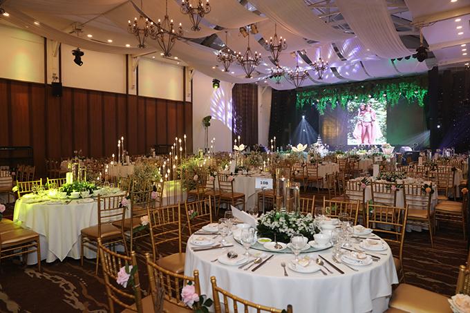 Uyên ương chọn bàn tiệc tròn, ghế Chiavari cho đám cưới, giúp khách mời dễ quan sát các diễn biến trên sân khấu.