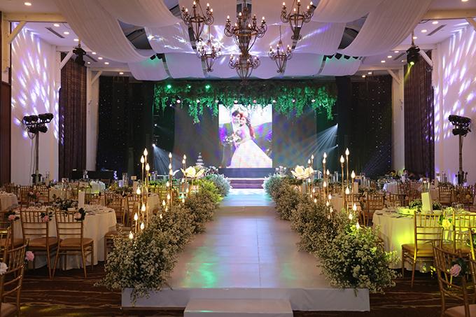 Ekip dành ra hơn 1 ngày để bố trí, sắp xếp, hoàn thiện trang trí không gian, giúp uyên ương tận hưởng khoảng khắc hạnh phúc, có được những bối cảnh tuyệt vời cho những tấm hình cưới.